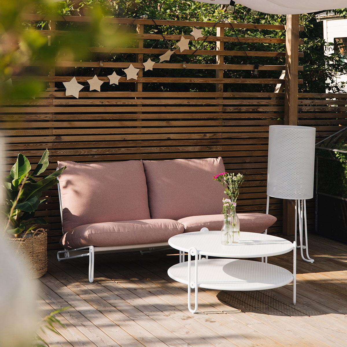 Moderne, byggbar sofa stol i loungestil med aluminiumsstamme og sete i textilene, rundt bord i aluminium med diameter på 85 cm