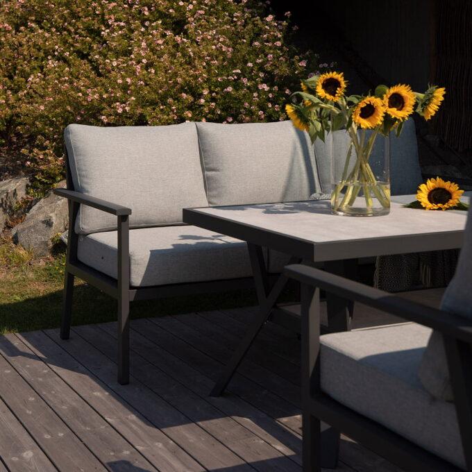 Nydelig sofaguppe i antrasittfarget aluminium. Denne sofagruppen er høy, som gjør at den kan både spises ved