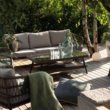 Nydelig sofagruppe med sjeselong i naturfarget kunstrotting. Putene er i olefinstoff, har høy lys-og fargeekthet