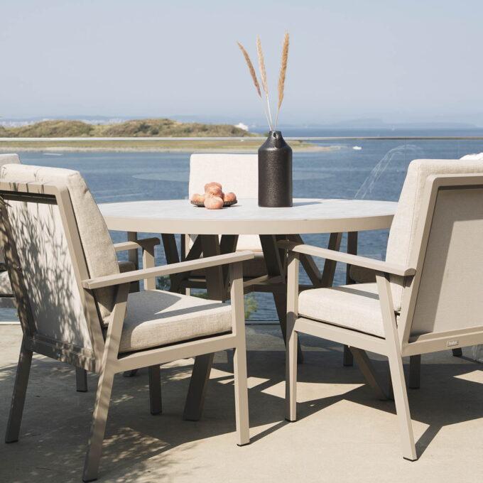 Spisebord Samvaro khaki ferdig dekket på terrassen