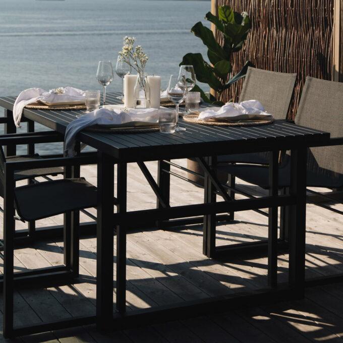 Stilrent spisebord i sort aluminium.