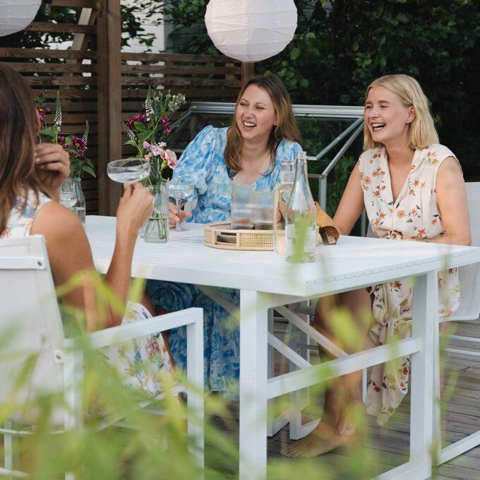 Spisegruppen i hvit aluminium kommer med komfortable stoler i stilfult design.