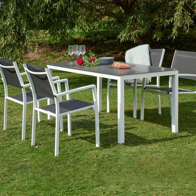Fin enkel spisegruppe i sort aluminium. Kommer med 4 stoler og bord som er 150 cm lang og 90 cm bred.