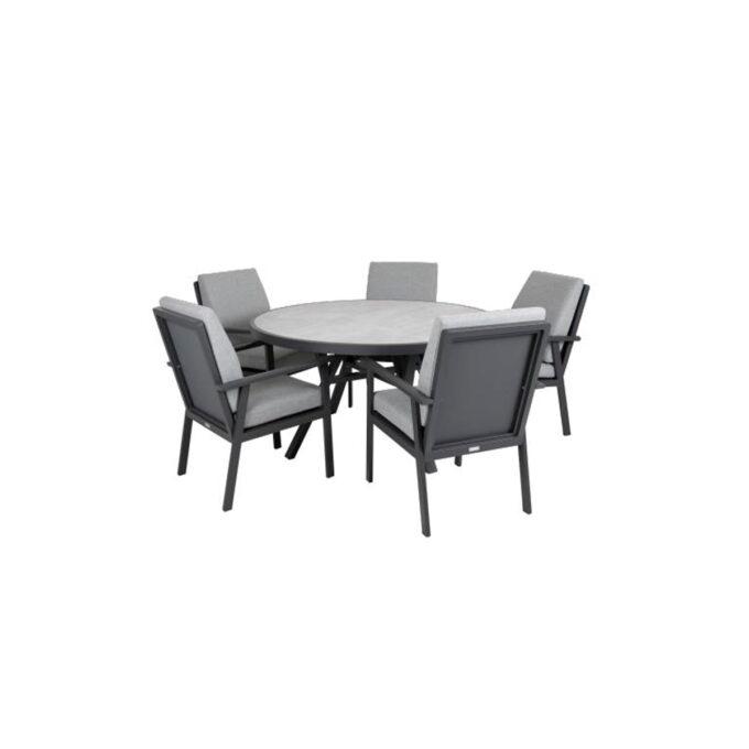 Stolene er gode å sitte i , og med et rundt bord skaper en fin ramme for et sosial hygge