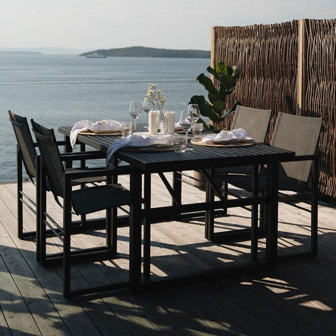 Vevi Spisegruppen i sort aluminium kommer med komfortable stoler i stilfult design.