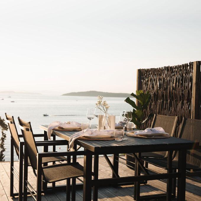Vevi Spisegruppe i sort aluminium kommer med komfortable stoler i stilfult design.