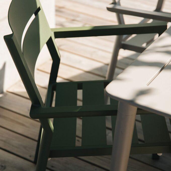 Stablebar spisestol med god sittekomfort i grønnfarget aluminium.