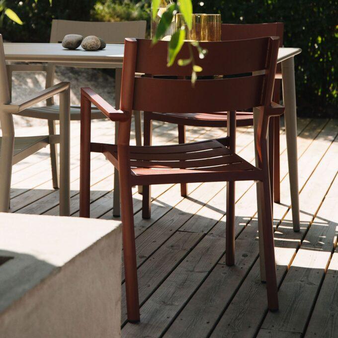 Stablebar spisestol med god sittekomfort i rødfarget aluminium.