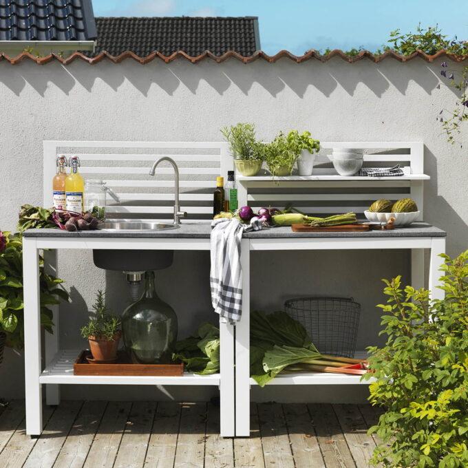 Bellac utekjøkken kommer i ulike moduler, både med og uten vask. Finnes i hvit eller sort matt aluminium med stenplate