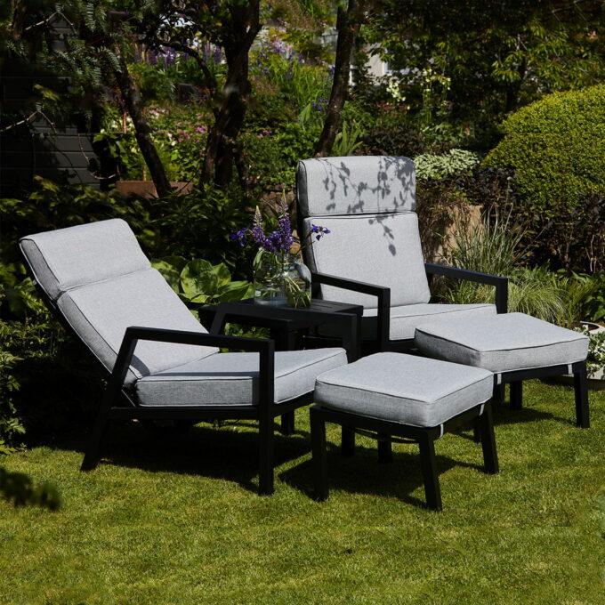 Pulverlakker sort aluminiumsramme og grå textilene i sete/rygg. Inkl. stol- og pallpute i pearl grey olefin.