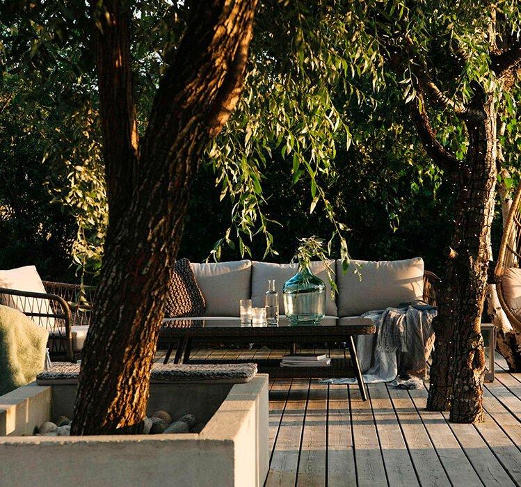 Forskjellige utemøbler på terrassen