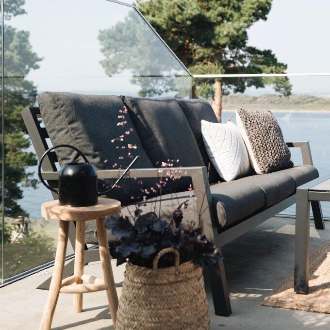 Komfortabel og innbydende sofa i pulverlakkert hvit aluminium. Leveres med puter i lys grå olefin.