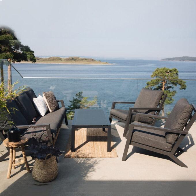 Komfortabel og innbydende sofagruppe i loungestil i pulverlakkert antrasitt aluminium. Leveres med puter i mørk grå olefin.