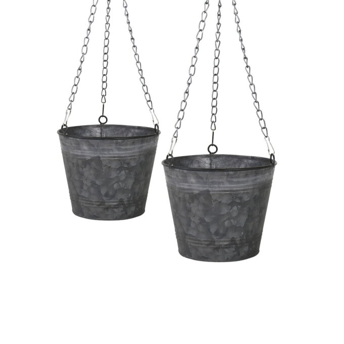 Trendy ampel i metall til å henge opp blomsten, enkelt design, går godt sammen med annet tilbehør i hage og på terrasse.