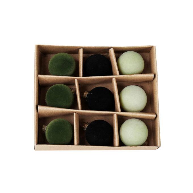 Nydelige små kuler i velur til å henge på treet eller til bruk i dekorasjoner. 3 stk mosegrønn, 3 stk sorte og 3 stk creme.