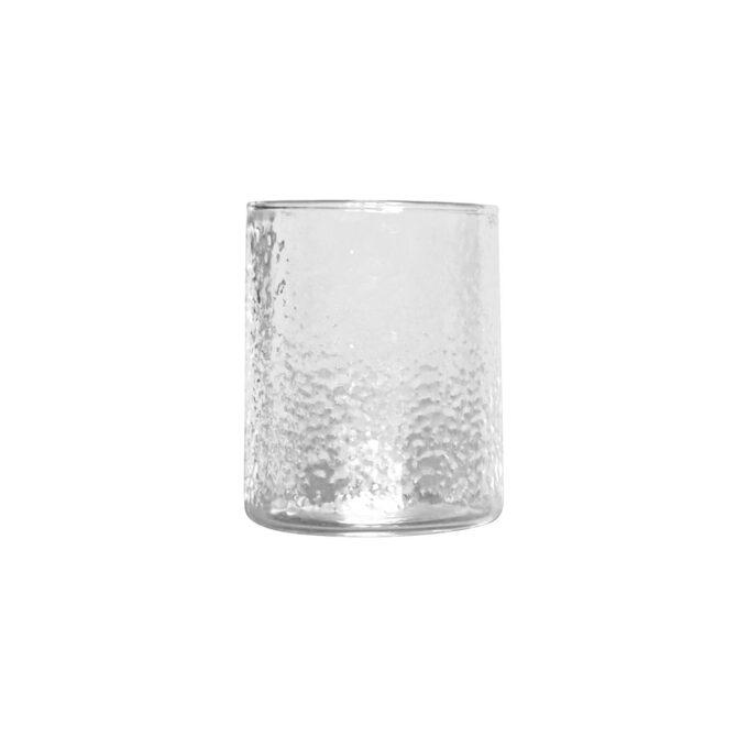 Nydelig krukke i ruglete glass fra dbkd. Denne passer perfekt til en liten blomsterbukett eller til å ha lys oppi.