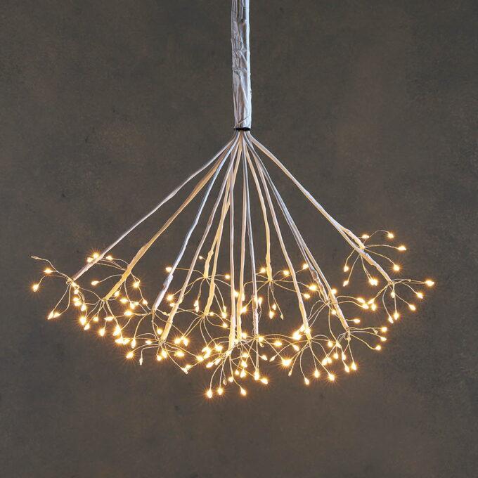 160LED lys i varm hvit farge. Kan brukes både inne og ute og går på strøm.