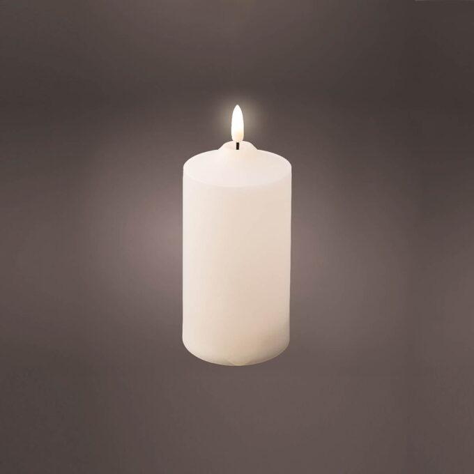 """Kubbelys i LED med """"naturlig """"flamme. Diameter 7,5 cm H 17 cm. Går på batteri med timer, 2xAA"""